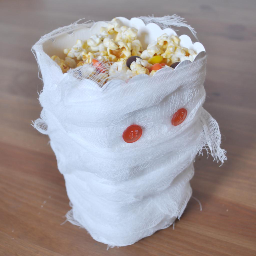 Ciclo de una caja de palomitas de maíz en una caja del favor de Halloween.  Vestida como una momia, es el complemento perfecto para su fiesta de Halloween!  @ The Nerds Amor http://blog.thelovenerds.com {}