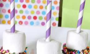 Birthday Chocolate Dipped Sprinkle Marshmallows with a Straw Candle - Colorful and festive birthday treat! {The Love Nerds} #birthday #birthdayparty #birthdaytreat #marshmallowrecipe