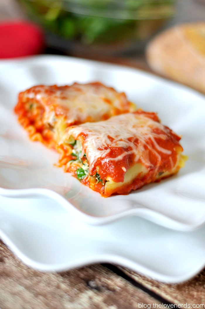 Delicious Spinach and Sausage Lasagna Rolls! This dinner idea makes fabulous leftovers, plus they can be divided into batches and frozen for the future! {The Love Nerds}