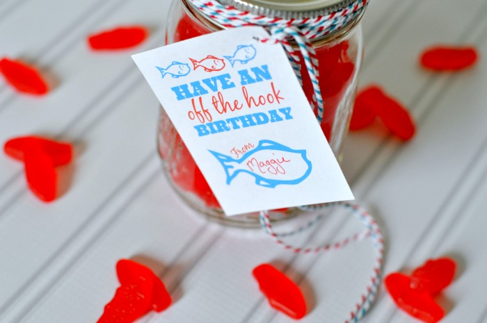 Easy and Sweet Birthday Gift in a Jar - Swedish Fish Birthday Treat with FREE printable! {The Love Nerds}