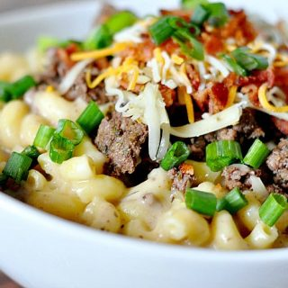 Do you love grown up mac and cheese recipes?! They are my ultimate comfort food, like this Cheeseburger Macaroni for example! It's the perfect family friendly dinner idea!   The Love Nerds