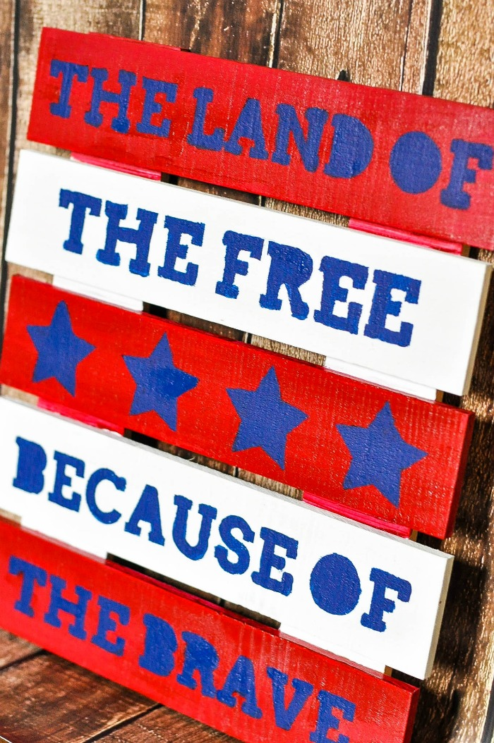 The Land of the Free Because of the Brave - DIY 4th of July Sign using a small wood pallet! |The Love Nerds