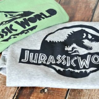 Who's excited for Jurassic World?! I definitely am so got a little crafty with these DIY Jurassic Park Shirts! | The Love Nerds