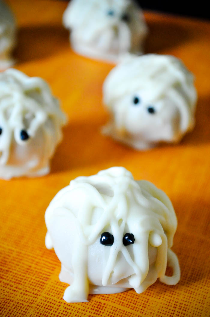 Need an adorable Halloween treat? Goosebumps Curse of the Mummy Truffles are perfect! A cute mummy outside and delicious pumpkin truffles on the inside! | The Love Nerds