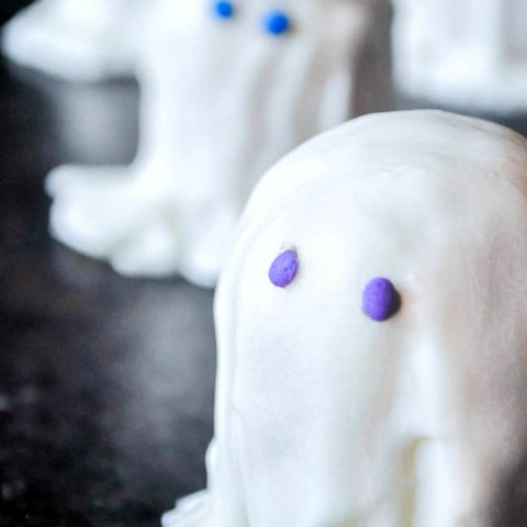Halloween Ghost Twinkies - Make Twinkies even better with a spooktacular addition of white chocolate! | The Love Nerds