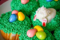 Easy Easter Cupcakes - There is still time to make cute but simple Easter Egg Cupcakes and even a fun Bunny Butt Cupcake! | The Love Nerds #ad #MixUpAMoment