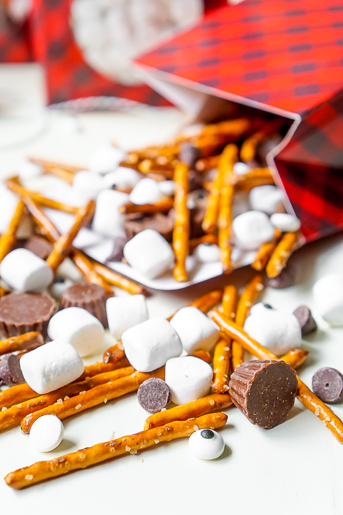 Frosty's Snowman Party Mix - A fun holiday snack to enjoy while watching Frosty the Snowman! | The Love Nerds