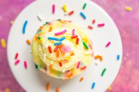Mini Funfetti Cheesecakes are the perfect birthday party dessert recipe!! A sprinkle filled birthday cake cheesecake filling on top of an easy nilla wafer crust!